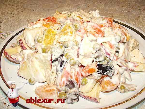 праздничный салат на тарелке