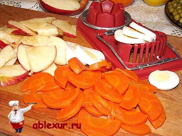 нарезанные морковь, яблоко и яйцо для салата