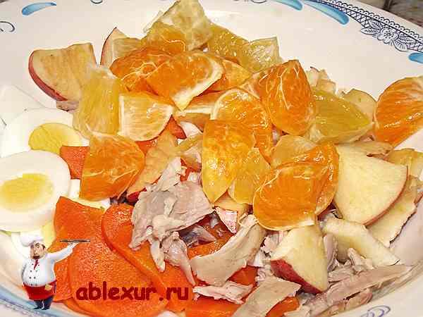 смешиваю курицу, фрукты, морковь и яйца