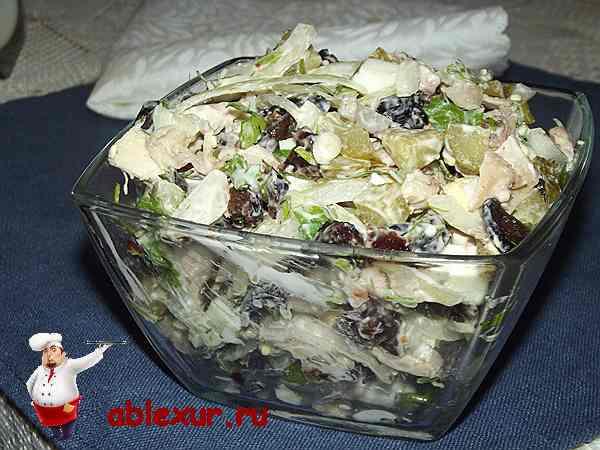 салат с курицей и черносливом в салатнике
