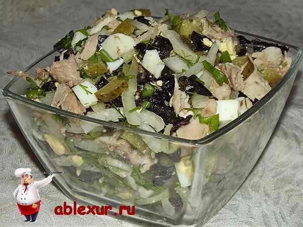 салат из курицы и чернослива в салатнике