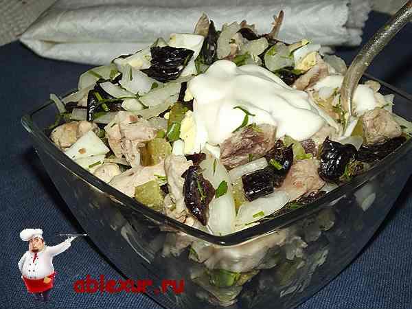заправленный майонезом салат с черносливом и куриным мясом