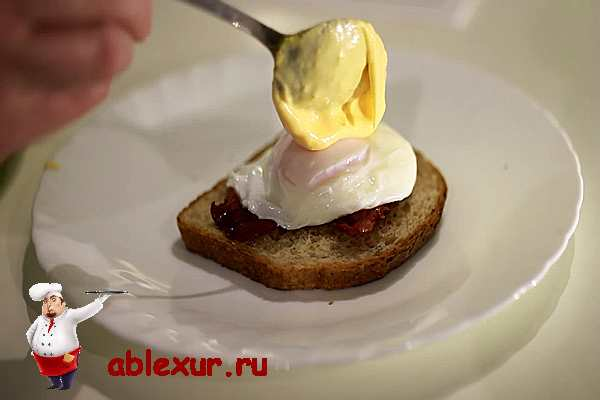 уложить яйцо пашот на тост с беконом