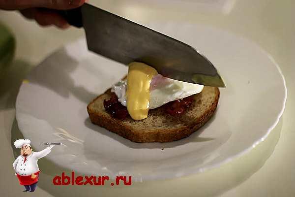 разрезаю яйцо бенедикт