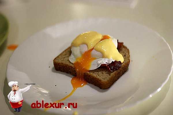яйцо пашот лежит на хлебе