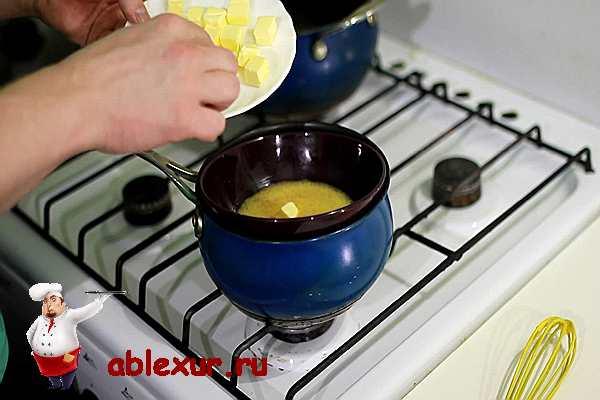 добавить масло в разогретые желтки