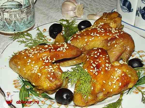 куриные крылышки в медовом соусе посыпанные кунжутом