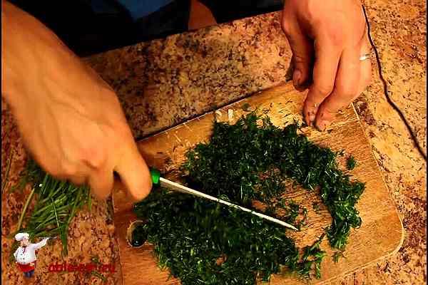 рублю зелень для начинки закуски