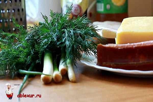 на столе зелень, сыр, лаваш и ветчина