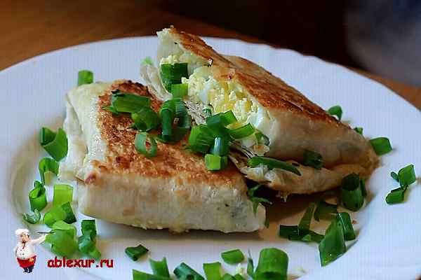 лаваш с сыром и ветчиной посыпанный зеленью