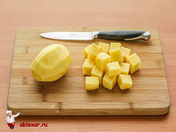 сырая картошка нарезанная кубиками