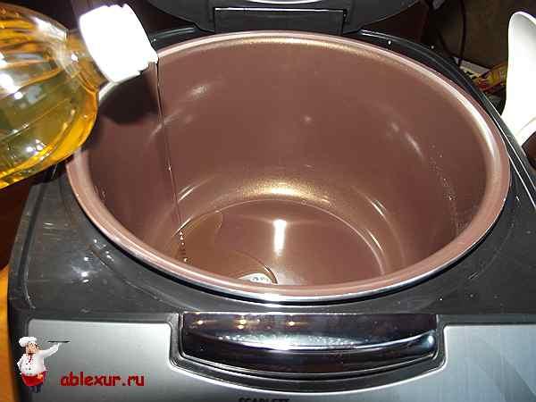 наливаю масло в чашу мультиварки