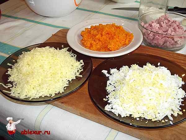 натертые 100 грамм сыра, морковь и два яйца