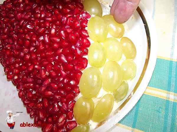 украшаю салат половинками винограда