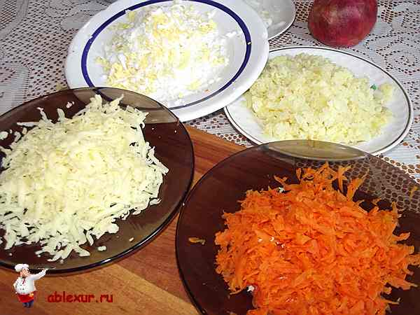 натертые яйца, сыр, картофель и вареная морковь на крупной терке
