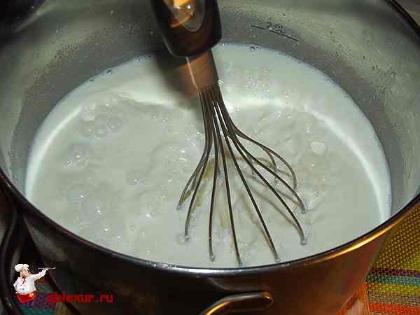 перемешиваю молочную смесь с закваской из йогурта