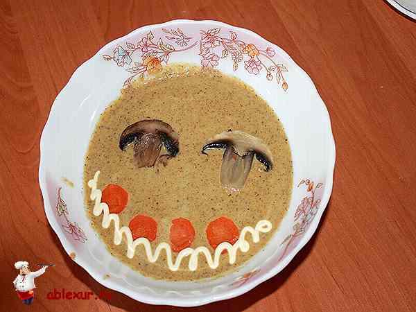 грибной суп пюре из шампиньонов и сыра на столе