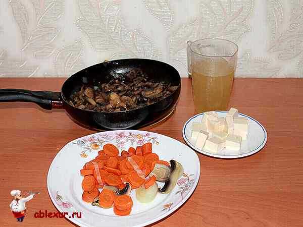 овощи, сыр и жареные грибы для супа