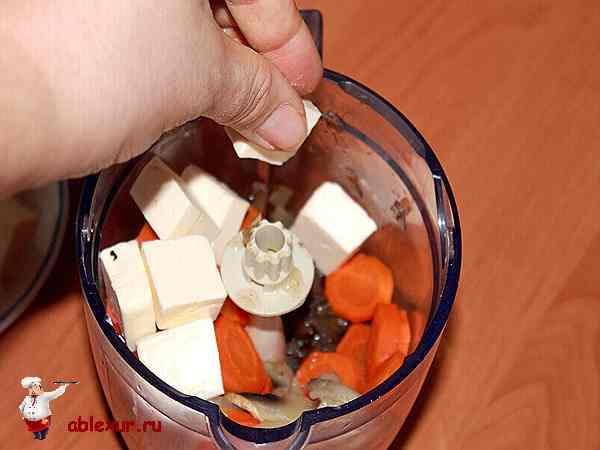 овощи, грибы и сыр в блендере