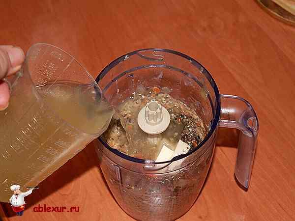 подливаю бульон в блендер в пюре из грибов и овощей
