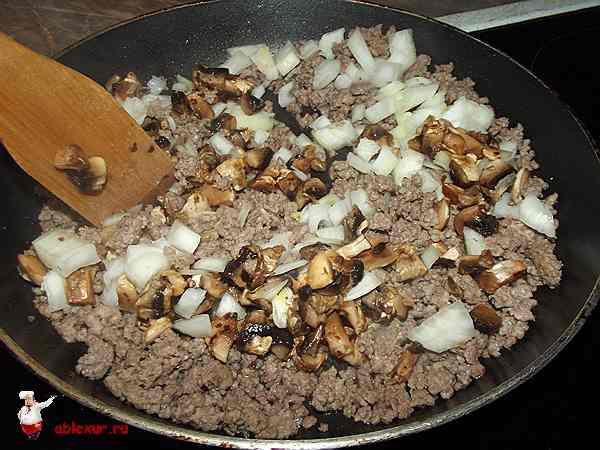 грибы, лук и фарш жарятся для начинки