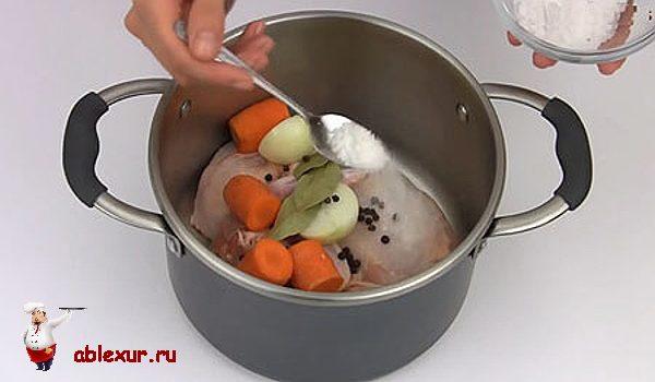 солю курицу с овощами в кастрюле