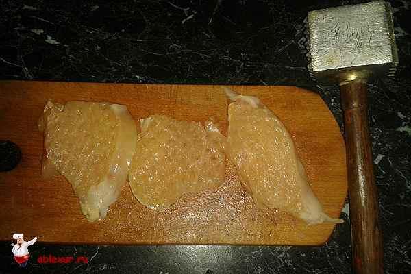 отбитые молоточком кусочки куриного филе