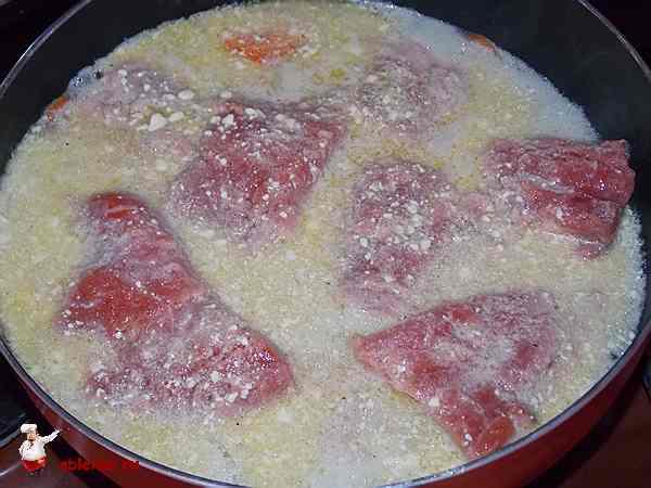 семга тушится в сковороде в майонезной воде