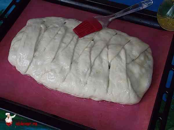 смазанный оливковым маслом пирог из семги