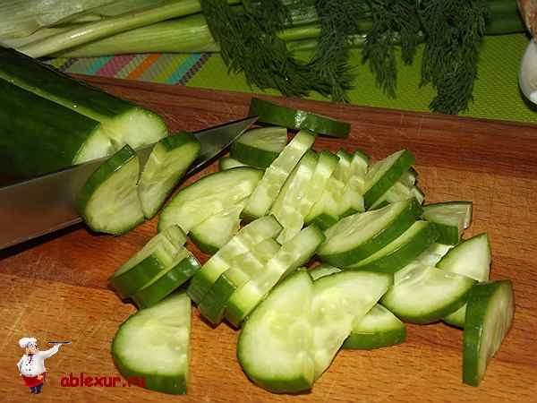 нарезанный дольками для салата свежий огурец