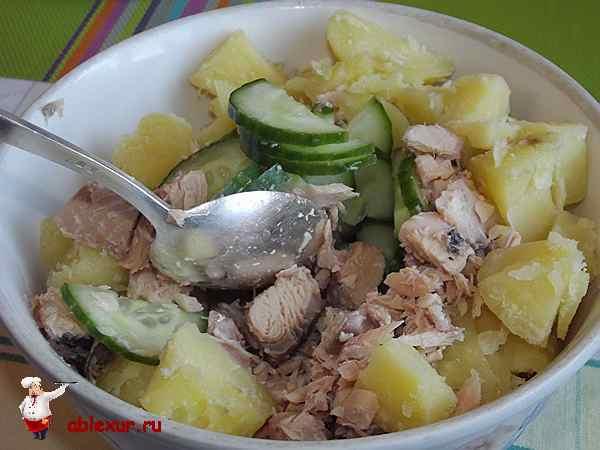 перемешиваю горбушу, огурцы, картофель