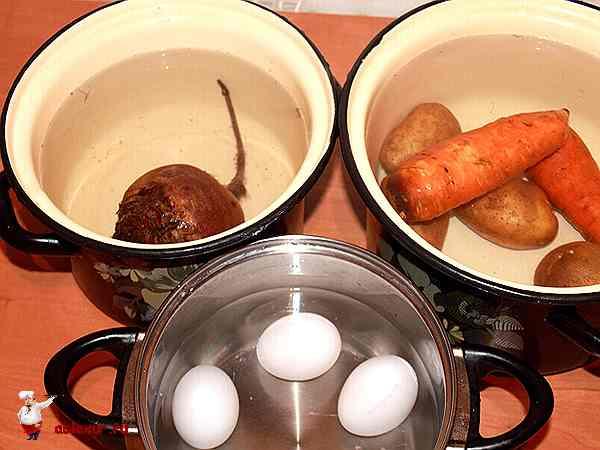 овощи и яйца в кастрюлях приготовленные для варки