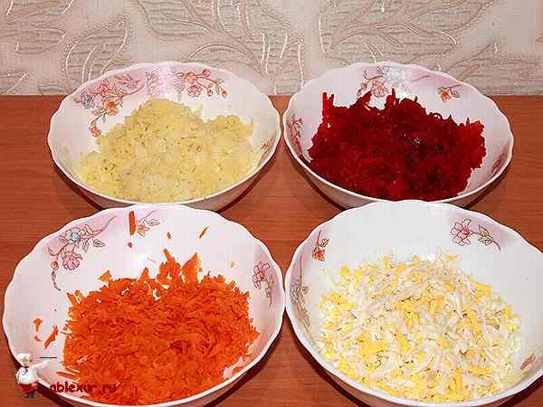 натертые овощи и рубленые яйца для селедки под шубой