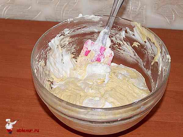 перемешать тесто для банановой шарлотки
