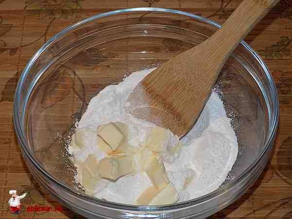 соединить сливочное масло и сахарную пудру