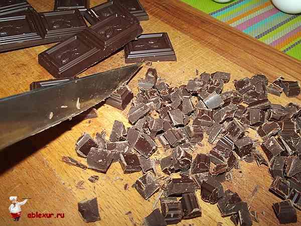 рублю шоколад на небольшие кубики