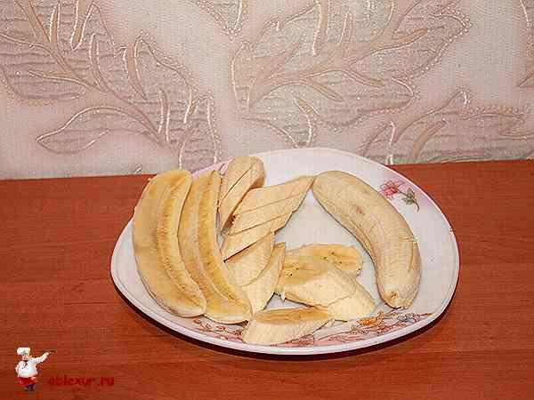бананы нарезанные ломтиками и пополам