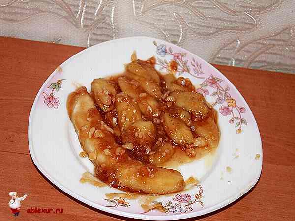 бананы в карамели на тарелке