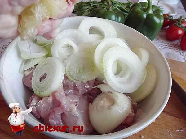 выдавливаю лимон в филе курицы и лук