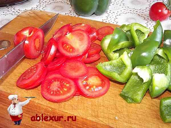 помидоры и перец нарезанные дольками для шашлыка