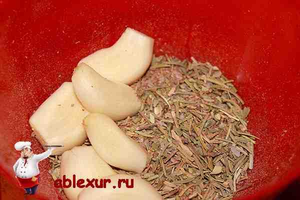 чеснок и специи для свиной рульки