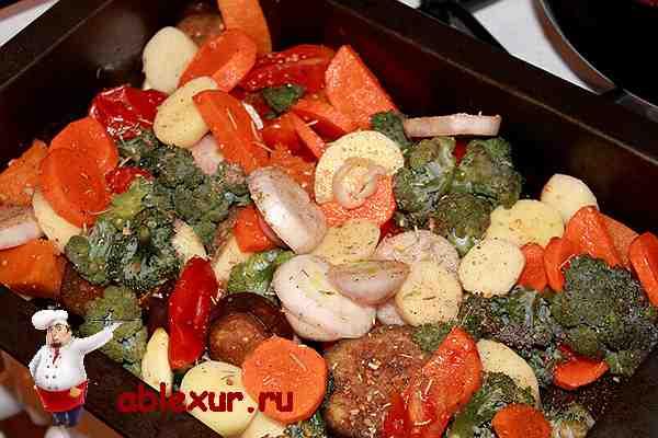 выложить овощи на свиную рульку