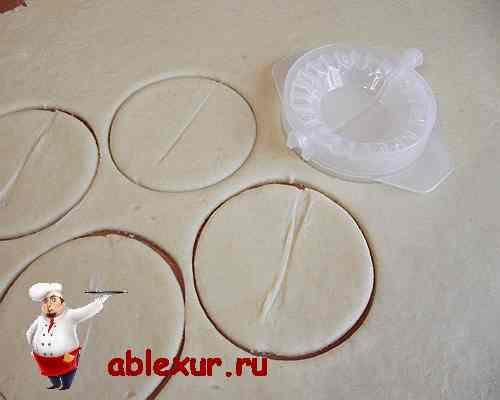 вырезаю кружки для печений из теста