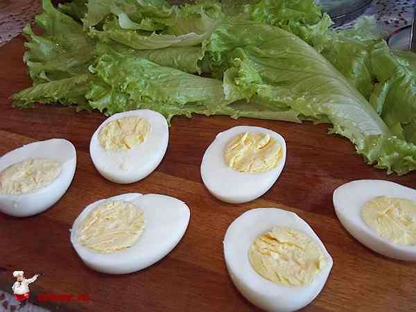 разрезанные пополам три яйца