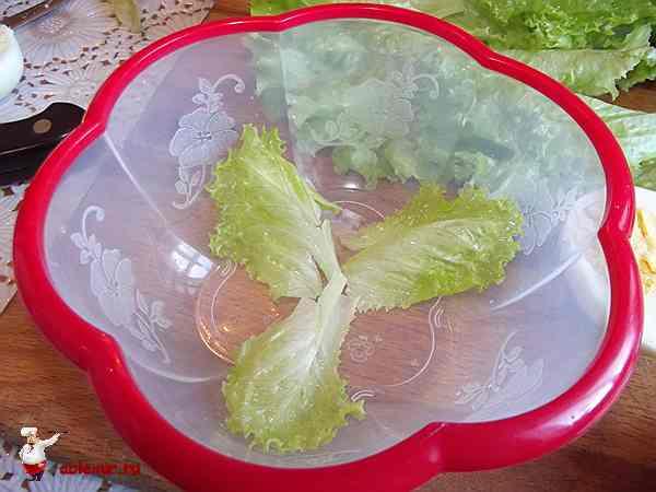 салат на дне формы
