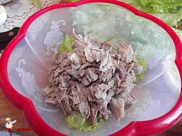 мясо на листьях салата
