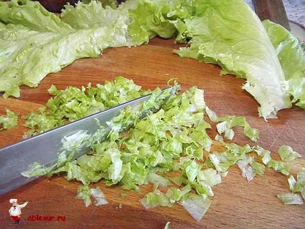 мелко нарезаю листья зеленого салата