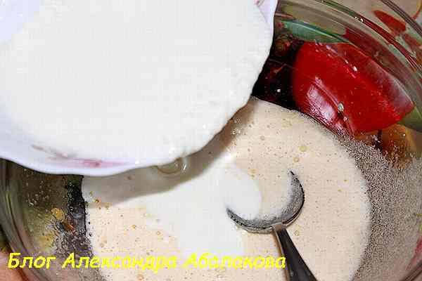 сметану и молоко влить в яйца с сахаром