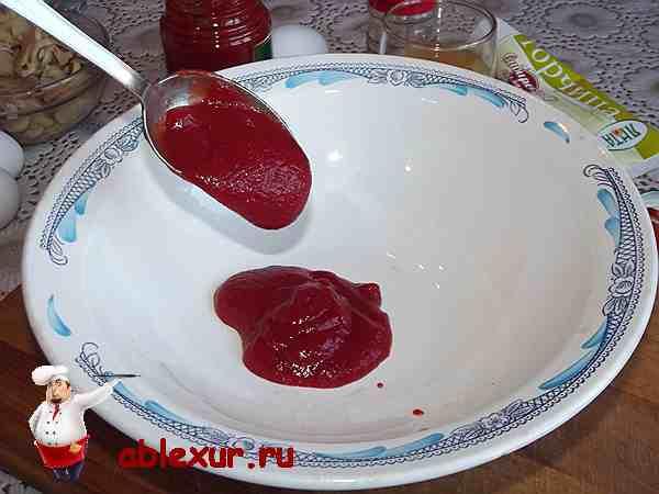выложить томатную пасту в тарелку
