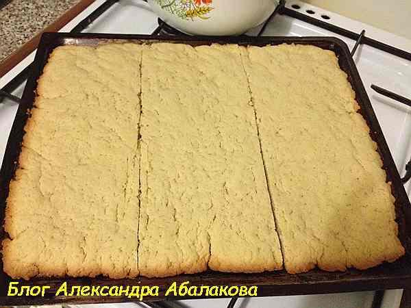 испеченный корж для песочного торта
